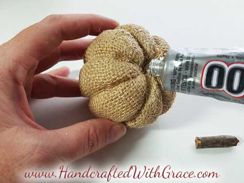 No-Sew Burlap Pumpkin - How to make a super cute burlap pumpkin without sewing a stitch.